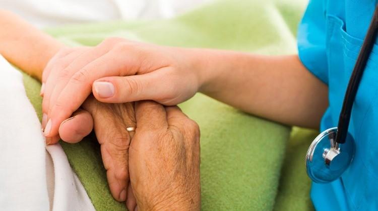 Nincsenek ártalmatlan megjegyzések: szavakon túli kommunikáció és szuggesztió az orvosi gyakorlatban